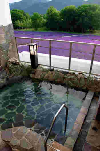 日帰り入浴もできる「ハイランドふらの」の温泉で、さんぽの疲れをゆっくり癒してみては?ラベンダー畑とともに活火山である十勝連峰も眺めることができるそうですよ。