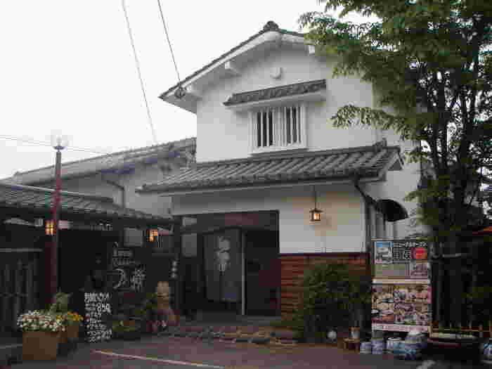 大分県中津市で長年愛される食事処「武庵花福」の別館が、蔵をリノベーションしたカフェ「月蔵」です。「そうそう、蔵と言ったらコレ!」という、悠久の時を感じさせる外観。