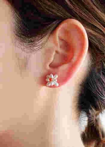 小さすぎない花の形をしたパールピアスは、アップヘアなどでさりげない存在感をアピールしてくれます。中央にあしらわれた赤色の珊瑚が目を惹く、ちょっぴりキュートなピアスです。
