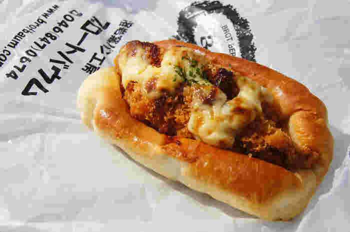 1番人気の「グルメコロッケ」は、コロッケの下にベーコンが入っていてボリューム満点です!玉ねぎソースの甘みとコクも牛肉コロッケとの相性抜群。青空の下で食べたくなるようなパンです。