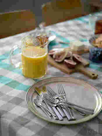 ステンレスの上品なツヤ感がテーブルに華やかさを添えてくれて、日常からおもてなしまで、さまざまなシーンで活躍しそう。