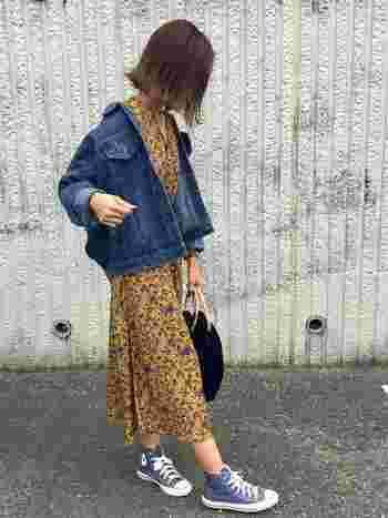 春気分を盛り上げる明るめカラーのワンピースには、ゆったりサイズのデニムジャケットを羽織るように纏えば、どこか女性らしさを残した大人カジュアルコーデが完成。足元のハイカットスニーカーもブルーでまとめることで、柄ワンピースもゴチャゴチャした印象になりません。