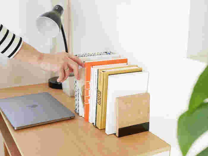 使い勝手の良いサイズ感と適度な重みで、どっしりとした本からお子さんの小さな絵本までスマートに収納出来ます。