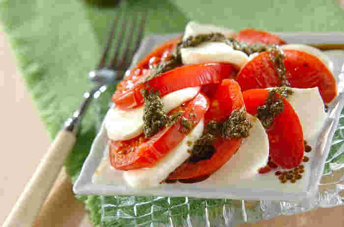 トマトとモッツァレラチーズのサラダ「カプレーゼ」をひと手間加えたレシピ。トマトをトースターで軽く焼いてから盛り付けると、モッツァレラチーズがとろっと溶けてやさしい舌触りを味わえます。  ハーブソルトを振ってトマトを焼くことで、水分が適度に抜けてトマトの酸味と甘みが凝縮され、いつものトマトが高級トマトに大変身!ぜひ試してみませんか?