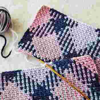 クチュリエオリジナルの段染め糸をくさり編みとこま編みだけで、思わず目を引く魅力あふれる規則的なチェック模様に編むことができます。複雑に見える模様ですが、単色の部分とカラフルな編み地を組み合わせて、より繊細な柄にしたり、パーツをつなげたりと、工夫次第で意外と簡単に素敵なデザインに仕上がるので、さまざまな小物に応用できそう。
