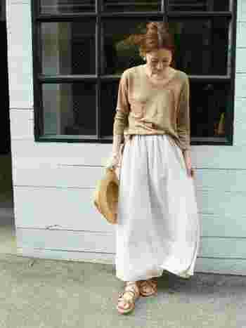 白のロングスカートはトップスを選ばず着こなせるので大人気です♪ 特にこれからの季節は涼しげで◎ トップスをゆるっとインしてよりフェミニンな印象に♪