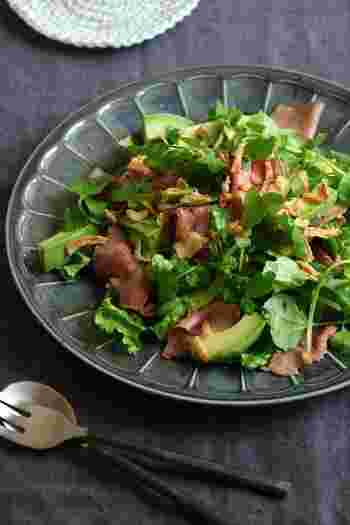 男性にも気に入っていただけるローストビーフを使ったおもてなしサラダ。ローストビーフとアボガドを合わせて、異なる食感も楽しめる簡単豪華なサラダ。