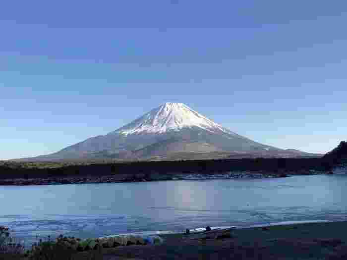 富士五湖の中で一番小さな湖・精進湖。あまり開発がされていないため大自然の雰囲気を堪能でき、キャンプ・デイキャンプ・カヤック・釣りなどアクティブに楽しみたい方に人気のスポットです。毎年夏には『花火と音楽の祭典』が開催され、自然と音楽と花火に酔いしれることができます。