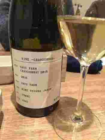 """栽培品種はシャルドネ、ソービニョンブラン、カベルネ、メルロー。 ワインの命名もユニークで、例えば、A.""""オジコ""""は、氷見の方言で、""""弟""""の意味だそう。ファーストに対し、セカンドワインという位置づけではなく、全く違う個性の愛すべき弟という意味で名前を付けられたそうです。"""