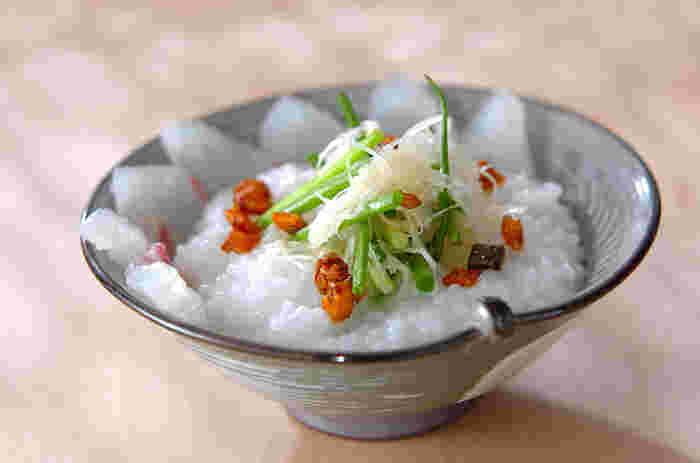 鯛をメインに使った贅沢なおかゆです。ネギが良いアクセントになっています。