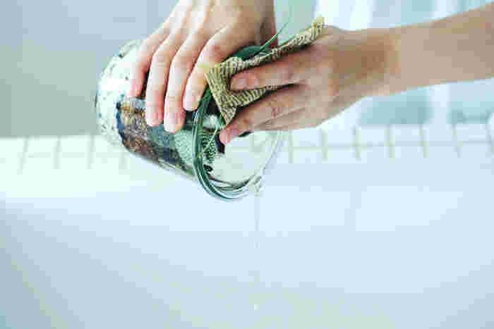 水をあげすぎた際は、しっかりと流してください。この時も柔らかく揉んだ新聞紙で植物を押さえながら、水を切ると植物も手も傷つきにくくてオススメです。