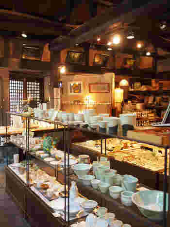 ギャラリーでは地元の陶芸家の作品のほか、「貴船石鹸」や「練香水」などの化粧品、「貴船パワーストーン」などのお土産が購入できます。
