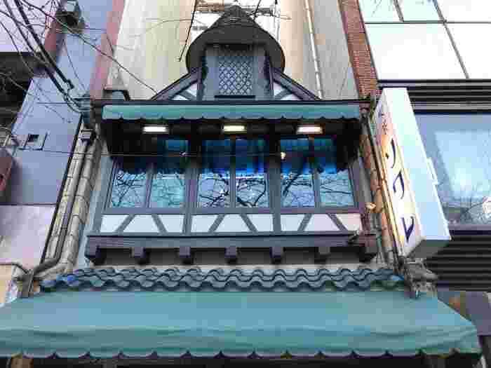 京都の純喫茶といったら必ず名前があがるほど有名な「喫茶ソワレ」。洋館風の乙女チックでレトロな雰囲気が素敵で、1948年の開店以来ずっと人気のお店です。