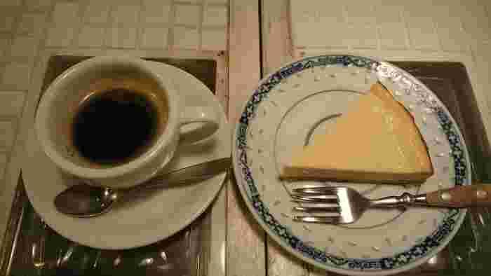 こっくりと香ばしい珈琲に、手作りの優しいスイーツがよく合います。珈琲には丸い甘みの黒砂糖が添えられているのが個性的です。