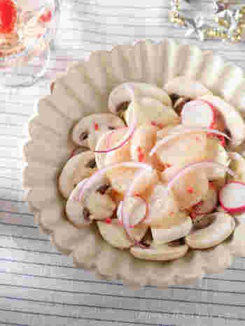ホワイトカラーで食材を揃えたスタイリッシュなひと皿。ラディッシュと赤玉ねぎの赤がアクセントに効いています。