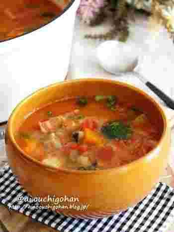 初秋からは、体を冷やす生野菜ではなくスープにしてお野菜を摂るのがおすすめです。ミネストローネのようなトマトベースのスープなら、子供たちにも人気ですよね。野菜やベーコンをたっぷり入れて、体の中から温まりましょう。