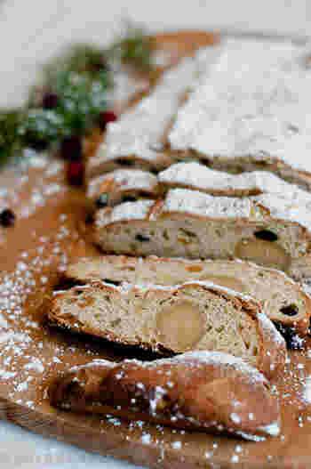 ドイツで親しまれているクリスマスケーキは、Stollen(シュトレン)という焼き菓子。生地にはドライフルーツやナッツがたっぷり練り込まれ、ケーキの表面には、まるで雪のように真っ白な粉砂糖がかかっています。昔からドイツの家庭で親しまれているシュトレンは、クリスマスを待つ4週間のアドヴェントの間に、少しずつスライスして食べる習慣があるそうです。 ドライフルーツの風味が日を置くごとにパンへと移っていくので、「今日よりも明日、明日よりも明後日と、だんだんに迫ってくるクリスマス当日が、待ち遠しくなる」と言われています。
