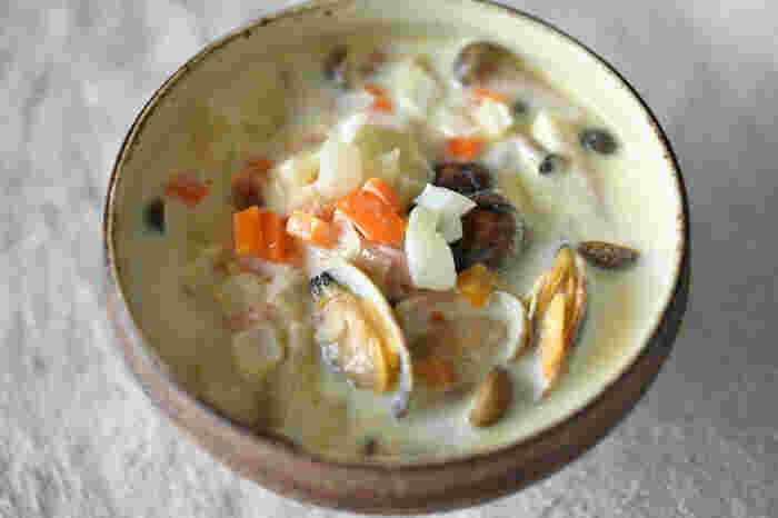 ヘルシーで食べ応えがあり栄養バランスも整いやすい「具だくさんスープ」。体の内側からポカポカ温めてくれるので、肌寒くなるこれからの季節にぜひ取り入れたいメニューです。今回は、ひとりランチや夕食、遅くなった日のお夜食にもぴったりな「具だくさんスープ」のレシピをバリエーション豊かにご紹介します!