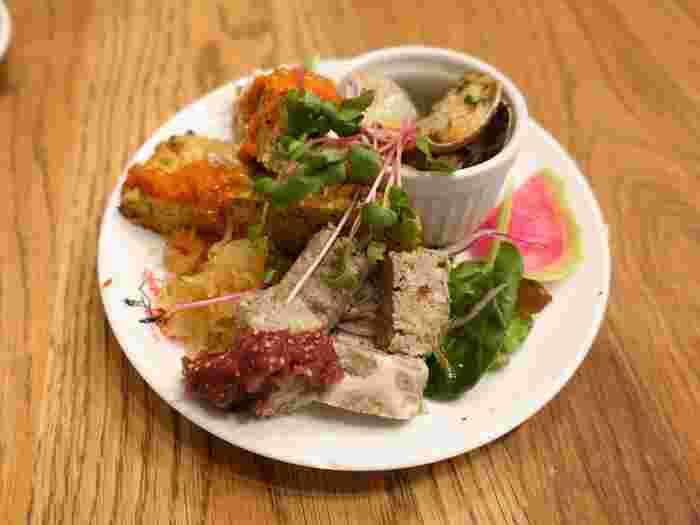 前菜の盛り合わせです。お皿にセンスよく盛り付けられていて見た目にも満足感があります。