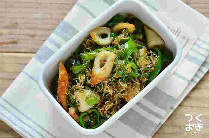 フライパンひとつで作れる常備菜、「ピーマンとちくわとじゃこの甘辛炒め」。日持ちもよく、しっかりめの甘辛味は冷めても美味しくいただけますよ。ピーマンのグリーンがお弁当に彩りを添えてくれます。