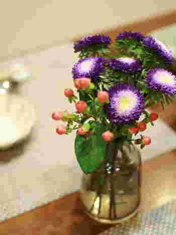 透明な瓶にお花を飾るのもOK。水が見えることで、涼し気な雰囲気を感じられるでしょう。気に入った形の瓶はストックして、瓶の形選びも楽しんでみてくださいね。