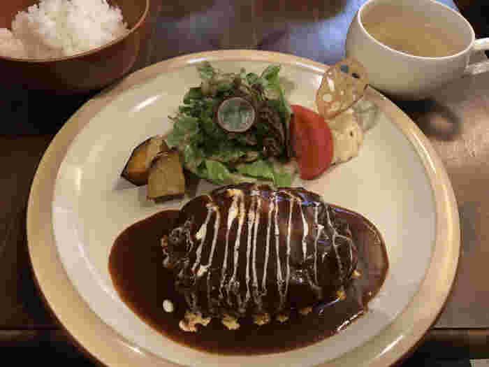 cafe sotoでは、喫茶メニュー以外にもランチメニューをいただくことができます。デミグラスソースがたっぷりとかけられたハンバーグは肉汁たっぷりで、一緒についてくるホカホカのごはんと温かいスープとの相性が抜群です。