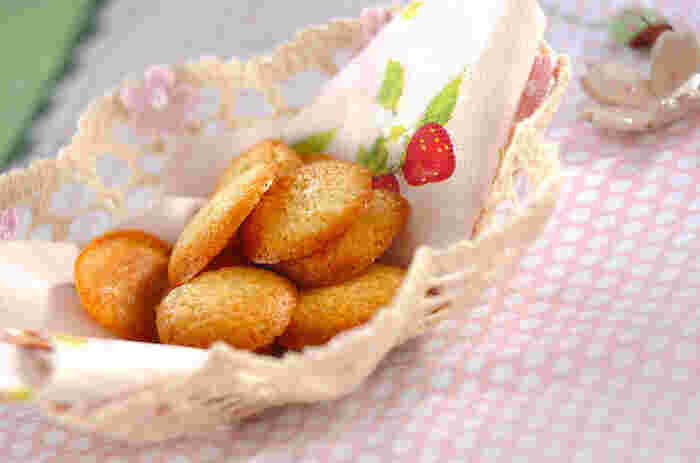 ホットケーキミックスを使ったお手軽な薄焼きクッキーレシピです。全卵ではなく、卵白だけを使って薄くても形が崩れないクッキーに仕上げています。