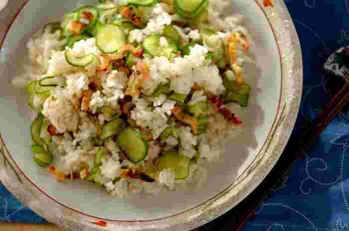 夏らしい混ぜ寿司にきゅうりは欠かせません。アナゴの蒲焼きの甘辛いタレとふっくらした身。それに塩もみしてしんなりしたきゅうりのコンビは間違いないおいしさです。酢飯ができたら、あとはアナゴときゅうりを混ぜるだけ。意外と簡単です。