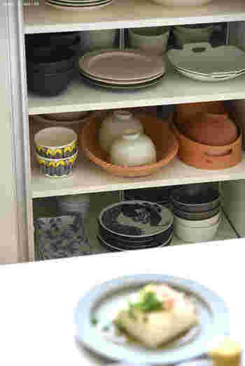 茶碗を、かごや木製の入れ物にまとめて収納。 食事のときには決まって使用する茶碗とお椀は、他の食器とは分けておくことで、家族にも場所がわかりやすくなります。