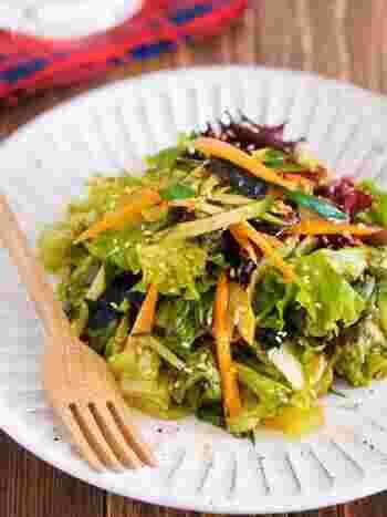 同じく韓国料理のチョレギサラダもよく合います。調味料の種類は少し多いものの、混ぜるだけで簡単な上に絶品!あれば韓国海苔をのせるとより美味しいですよ。