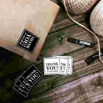 袋の封をとじる時に便利なのが、さりげなく感謝の思いを伝えられる「サンキューシール」です。色はホワイトとブラックの2色展開なので、袋に合わせて色を変えるのもいいですね。
