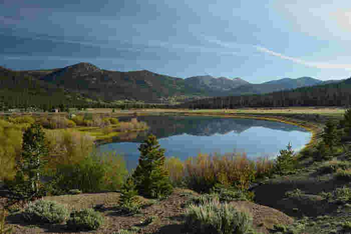ホープバレーを散策していると、所々で美しい池を見かけることがあります。波一つない静かな水面が、鏡のように周囲の丘陵地帯を映し出し、神秘的な雰囲気を醸し出しています。