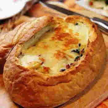 ハードパンをくり抜き、ホワイトソースで仕上げたフィリングをたっぷり詰めてオーブンへ。誰もが喜んでくれそうなパングラタンができあがります。