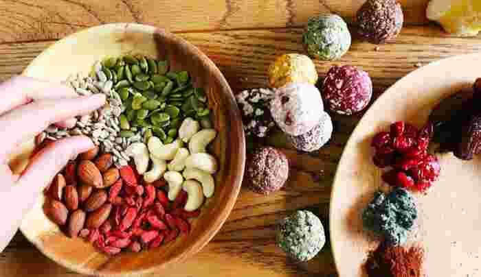 ブリスボールは、砂糖を使わず、無添加、グルテンフリーで作られています。ドライフルーツやナッツなどの天然素材を使用しており、甘くておいしいだけではない、「罪悪感ゼロ」と言われているスイーツなのです。