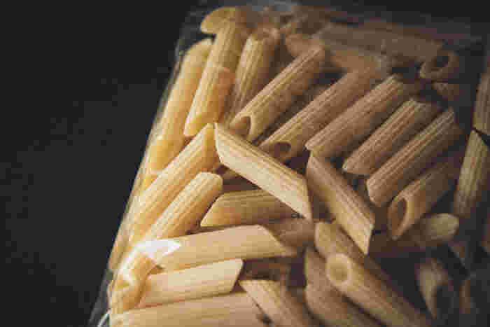 イタリア語で「ペン」という意味を持つ、円筒状の両端をペン先のように斜めにカットしたもの。表面にすじの入ったものを「ペンネ・リガーテ」と言います。唐辛子入りの辛いトマトソースの「ペンネ・アラビアータ」が代表的です。