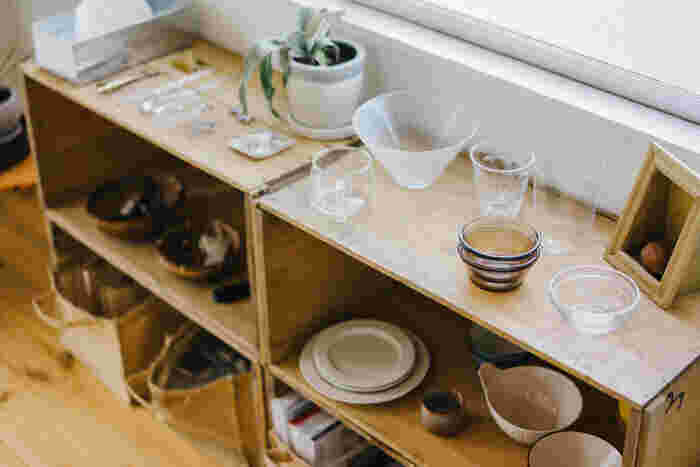 アンティーク調のりんご箱には、お気に入りの食器を並べて。ショップ感覚でお皿をディスプレイすれば雑貨屋さんの雰囲気に。 大きな食器棚は引っ越しの時に大変そうですが、りんご箱は収納ケースにもなるので自分で引っ越しをするという人にもぴったり。