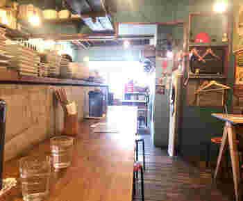 店内はイベントや演劇などのポスターもあり、シモキタらしさ満開。若い人を中心に人気のお店です。