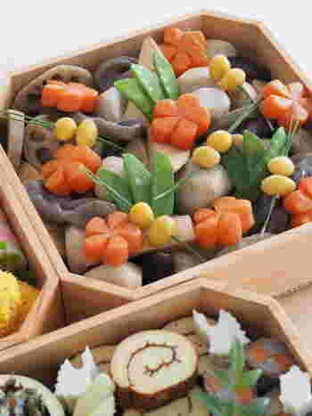 三の重には季節のおいしい野菜を使った煮しめやうま煮、筑前煮などを詰めます。様々な野菜を一緒に煮た「煮物」には、家族みんなが仲良く結ばれるようにという願いが込められています。