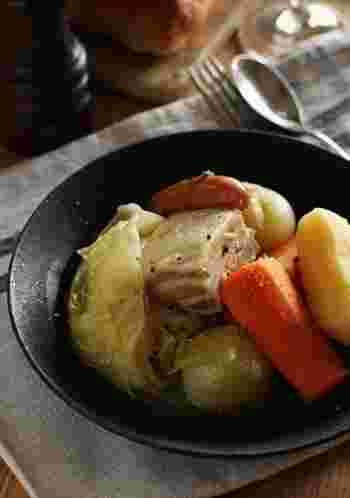 豚ばら肉に塩をふり、数日間ねかせてから煮込みます。野菜はゴロゴロと大きめに切るのがポイントです。 ミルで挽いた黒胡椒とマスタードを添えて。