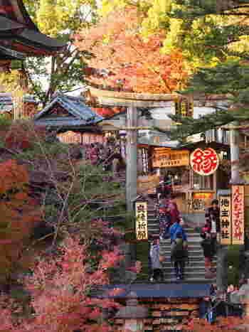 本堂を出てすぐ左手に「地主神社」があります。その創建は、日本の建国以前にまで遡り、日本最古の神社と伝わります。恋愛のパワースポットとして人気ですが、縁結びだけでなく、交通安全や安産など様々なご利益を願うことができます。