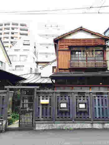 「Re:gendo(りげんどう)」は、西荻窪駅南口方面の路地を入ったところにあります。昭和初期の古民家を改修したお店で、とてもこだわって職人さんたちの手でつくられた空間です。本社は島根にあります。