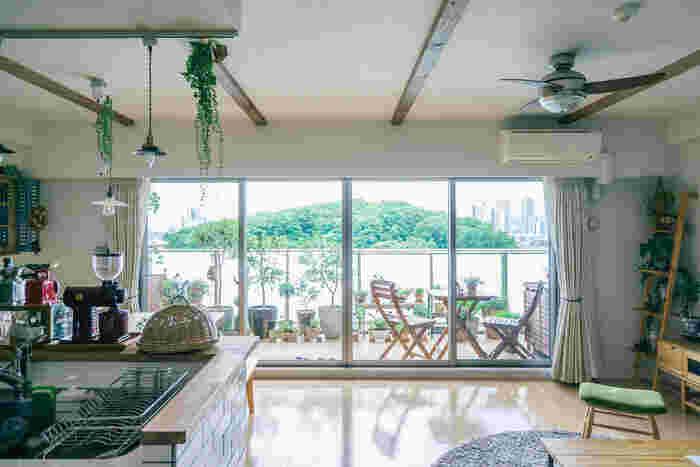 お気に入りを集めてデザインしたアウトドアスペースは、おうちの中から眺めても素敵です。家の外ではあるけれど、生活空間の延長としてコーディネートするのがポイント。こちらのお宅では、ベランダもリビングの一部のような自然な一体感が生まれています。