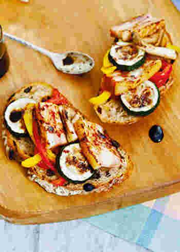 BBQコンロでフランスパンや野菜を焼いて、オープンサンドにするのもおすすめ。バルサミコ酢のソースをかけて、アウトドアとは思えないおしゃれな味に。