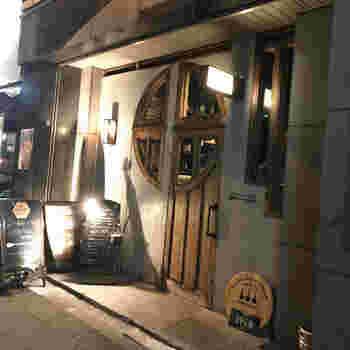 「COCKTAIL WORKS(カクテルワークス)」」は、シックな外観のおしゃれなバー。上野駅、御徒町駅どちらからも歩いて3分ほどのところにあります。