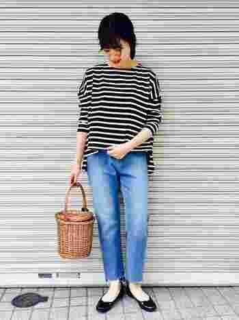 定番のボーダーTシャツ×デニムのフレンチカジュアルも、切りっぱなしデニムを合わせることで新鮮な印象に。バレエシューズやバスケットなど、女性らしい小物使いがおしゃれです。