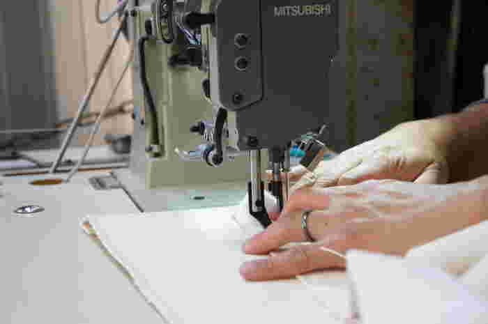 人気の秘密はテント屋さんならではのしっかりとした作り。一般的な帆布バッグの2~3倍の厚手の綿帆布を使用し、全ての工程を一人の人が受け持つことで、高い品質を維持しています。