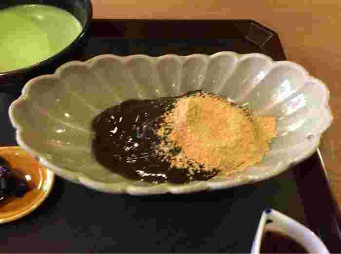 明治3年に丹後峰山町で和久屋傳衛門氏が旅館を始めたことからスタートした和久傳。店内では和菓子や京料理をいただけますが、なかでも大人気の本わらび粉のみを使用したわらび餅は、注文後に作り上げるので、熱々の出来立てをいただけます。