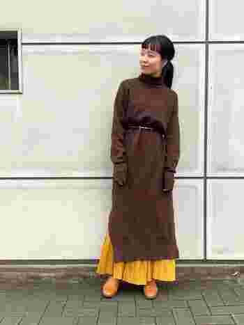 もっさりとしがちなブラウンのニットワンピースも、黄色のプリーツスカートを重ねてあげることであか抜けた印象に。軽やかさも加わって、着こなしの幅が広がります♪