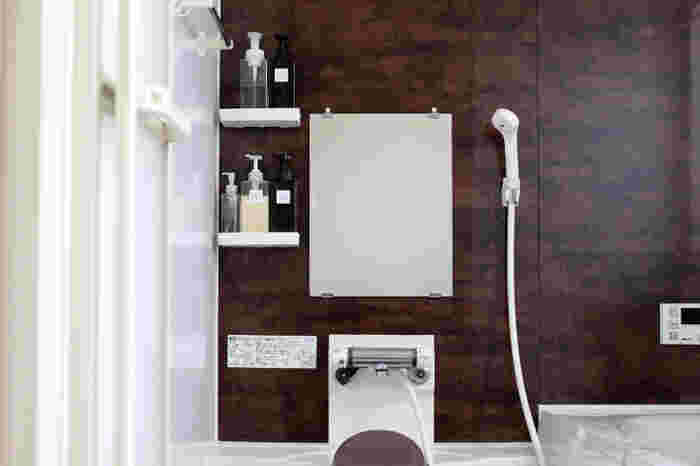 毎日水やお湯を使うバスルームでは、あらゆる場所に水垢が付くと言っても過言ではありません。扉や鏡、浴槽のほか、シャワーフックや蛇口などの金属部分、シャンプーボトルのプラスチック容器も要注意ポイント。特に、黒っぽい色合いの壁や床は白い水垢がより目立ちやすくなるので、念入りなお掃除が必要になります。