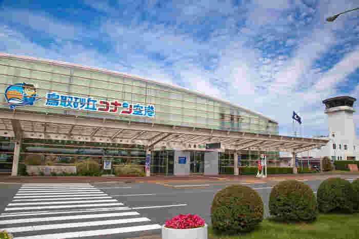 """「鳥取砂丘」へのアクセスは、東京からの場合には羽田空港から飛行機で鳥取空港(鳥取砂丘コナン空港)へ。 鳥取空港(鳥取砂丘コナン空港)から鳥取駅までは、空港リムジンバスが運行しています。  駅からは、鳥取砂丘行きのバスで行くことが出来ます。(バスでの所要時間は20分程) 週末は鳥取駅から、鳥取市周辺の観光地を巡る""""麒麟獅子ループバス""""などもあるので、利用してみてはいかがでしょうか! また、東京の品川バスターミナルからは、鳥取へ直行する「キャメル号」という夜行バスも運行していて、鳥取着が朝6時頃なので、より、鳥取での旅を充実させたい!という方におすすめです。 車を利用する場合は、鳥取自動車道の鳥取ICから市街地を抜けて20分程で着きます。"""